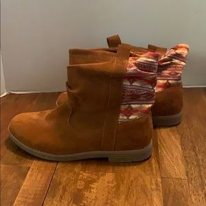 NWT! TOMS suede brown Boots